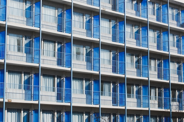 Hohes hotelgebäude mit balkonen mit metallzäunen