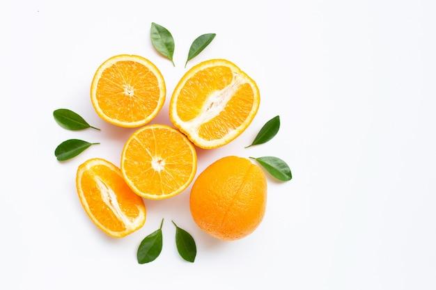 Hohes vitamin c. frische orange zitrusfrucht mit den blättern getrennt auf weiß