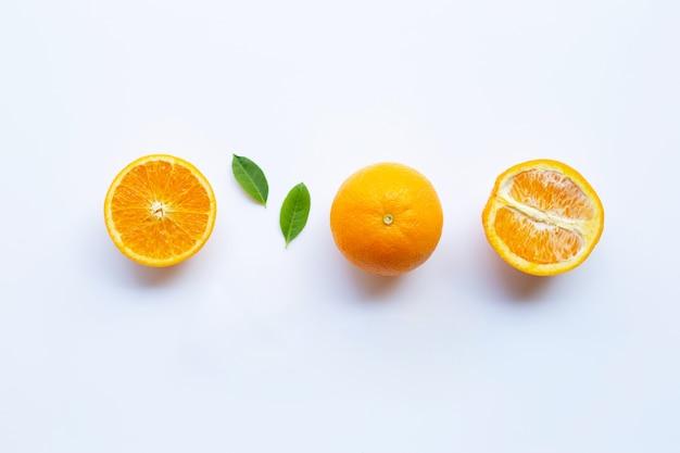 Hohes vitamin c. frische orange zitrusfrucht mit den blättern lokalisiert auf weiß.