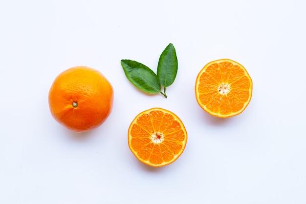 Hohes vitamin c. frische orange zitrusfrucht mit den blättern lokalisiert auf weiß