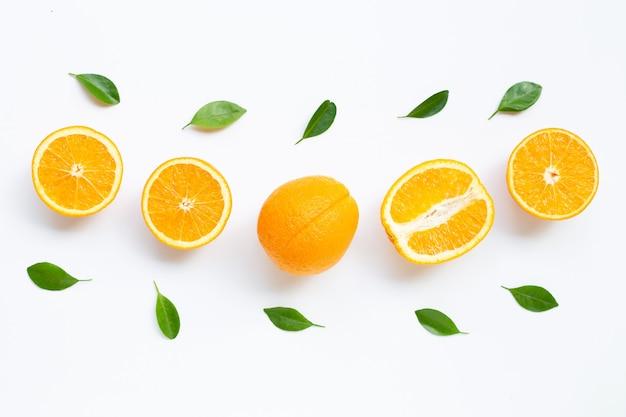 Hohes vitamin c. frische orange zitrusfrucht mit den blättern lokalisiert auf weißem hintergrund.