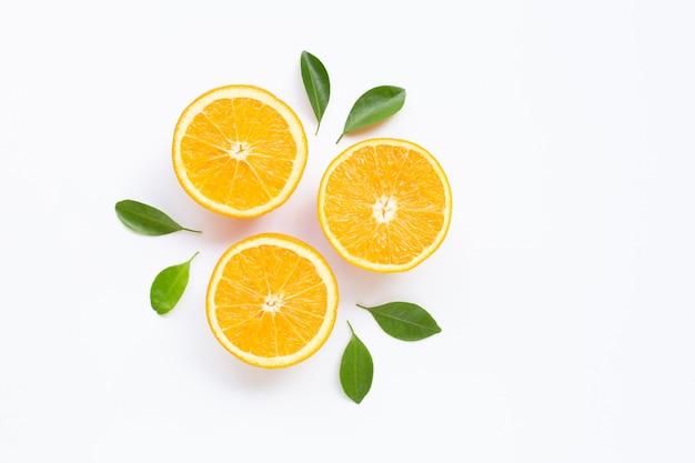 Hohes vitamin c. frische orange zitrusfrucht mit den blättern lokalisiert auf weißer oberfläche.