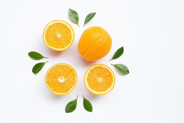 Hohes vitamin c. frische orange zitrusfrüchte mit blättern