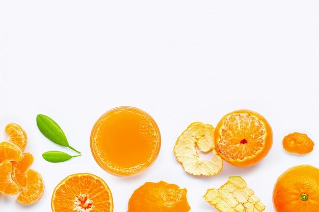 Hohes vitamin c, frischer orangensaft mit den früchten, getrennt auf weiß.