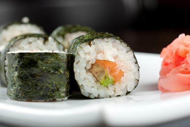 Hokkaido maki: sushi-rool aus avocado, nori, lachs