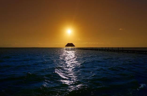 Holbox-inselsonnenuntergang-strandpierhütte mexiko