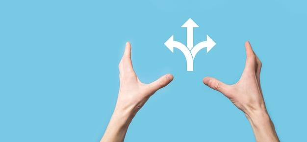 Holding-symbol mit drei richtungen-symbol auf blauem hintergrund. zweifel, zwischen drei wählen zu müssen