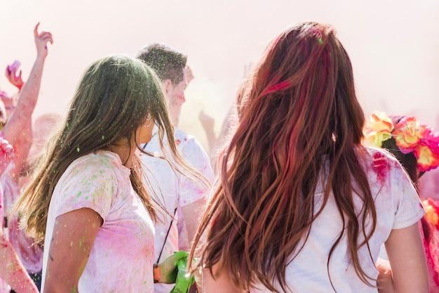 Holi farbe über die frauen mit freunden genießen