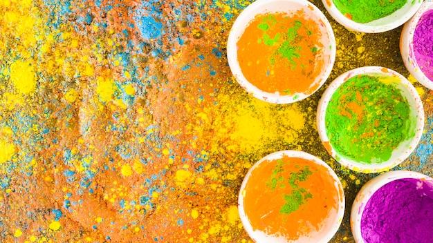 Holi-farben in töpfen