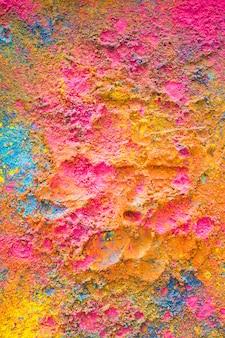 Holi-farben verstreut zufällig auf der oberfläche