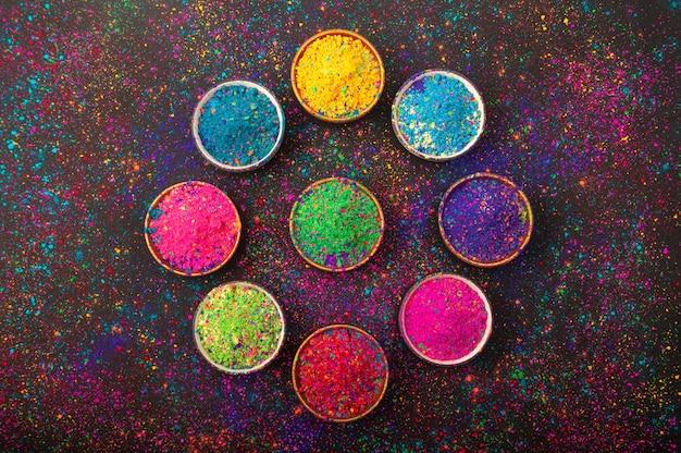 Holi farbpulver. bio gulal farben in der schüssel