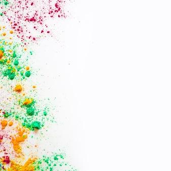 Holi-farbpulver mit kopienraum zum schreiben von text auf weißen hintergrund