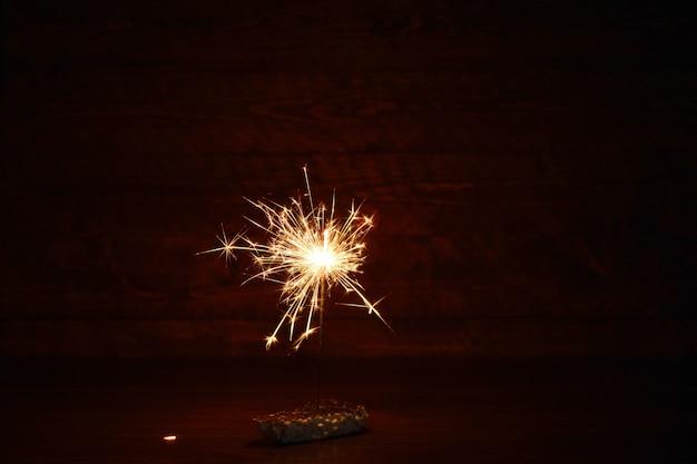 Holiday bengal leuchtet im dunkeln. brennende wunderkerze, neujahr.