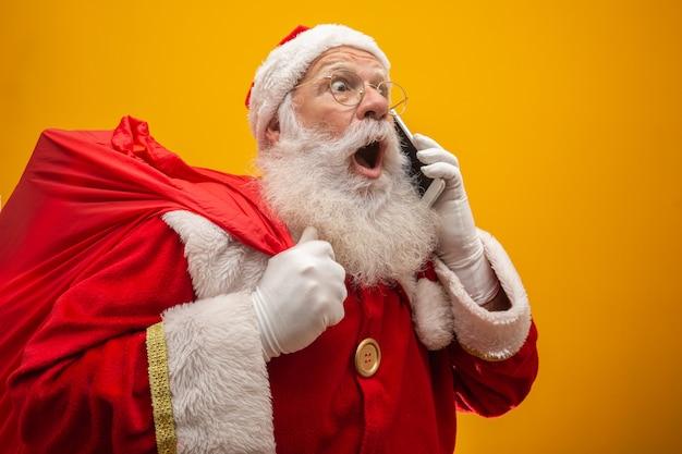Holly lustiges weihnachten! weihnachtsmann in kopfbedeckung, kostüm, schwarzer gürtel