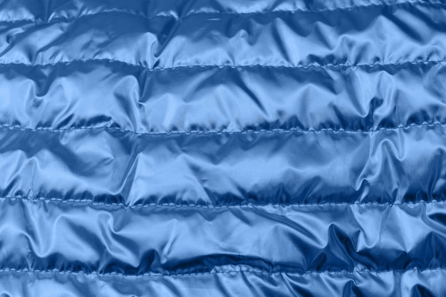Holographische blaue farbe geknittertes gewebe. psychedelischer oder holographischer hintergrund