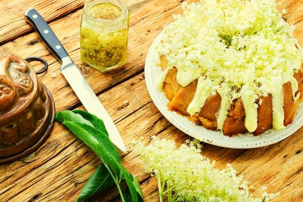 Holunderkuchen oder muffin, süßer rustikaler kuchen.