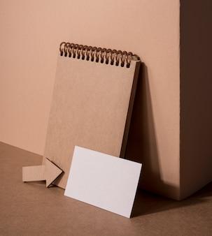 Holz agenda und pfeil mit visitenkarte