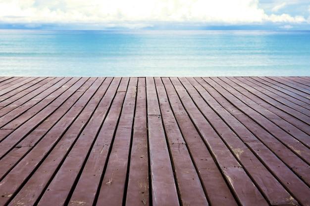Holz am strand mit himmel.
