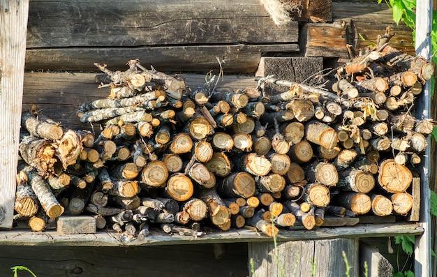 Holz auf einem hintergrund des alten hausstapels