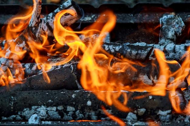 Holz brennt in der kaminnahaufnahme.