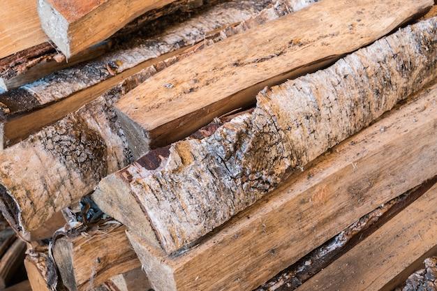 Holz für brennenden ofen im landhaus.