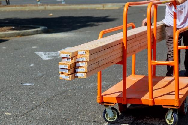Holz gestapelt auf fach innerhalb eines holzplatzes