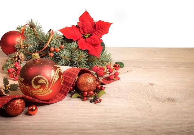 Holz mit weihnachtsschmuck