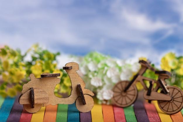 Holz motorrad- und fahrradmodellplatz auf buntem hölzernem