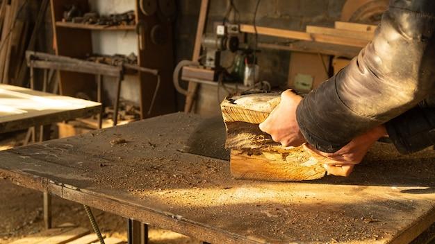 Holz sägen mit einer kreissäge