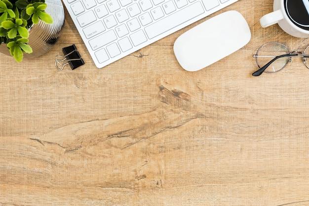 Holz schreibtisch tisch mit computer gadgets und zubehör