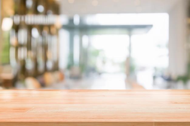 Holz tischplatte auf verschwommen abstrakten hintergrund innenansicht in empfang hotel oder modernen flur für hintergrund