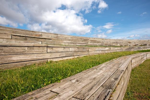 Holz tribünen im freien mit blauem himmel hintergrund