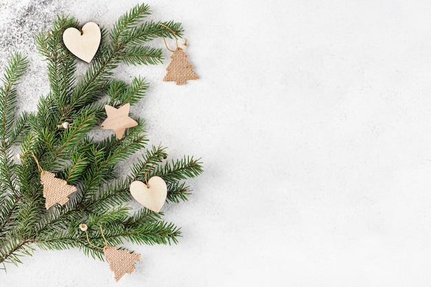 Holz weihnachtsbaum öko spielzeug auf tannenzweigen, draufsicht