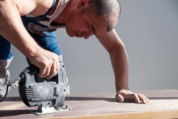 Holzarbeiter mit professionellem schneidwerkzeug