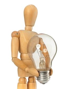 Holzattrappe, die eine glühlampe in der hand hält
