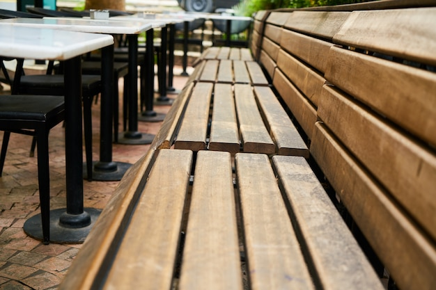 Holzbänke eines cafés