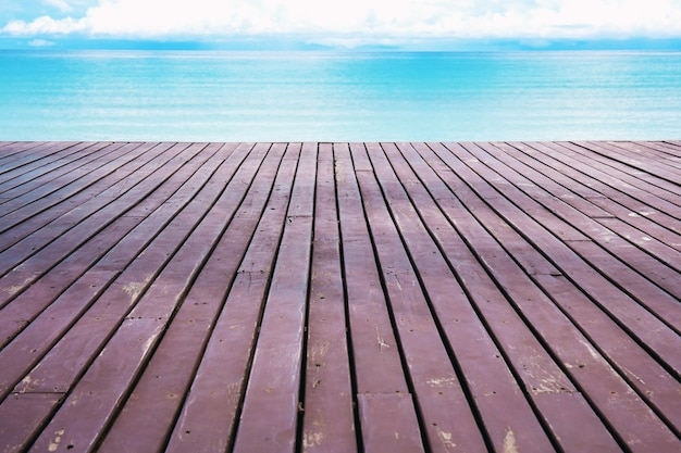 Holzbalkon, der sich am himmel bis zum meer erstreckt. Premium Fotos