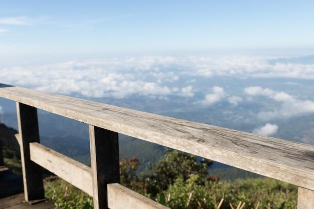 Holzbalkon mit bergblick am morgen