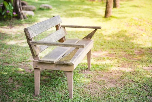 Holzbank im allgemeinen park
