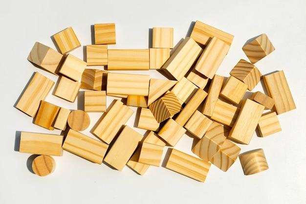 Holzbausteine auf weißer oberfläche