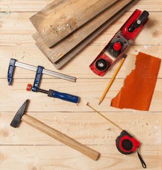 Holzbearbeitungswerkzeuge auf einer tischlertabelle