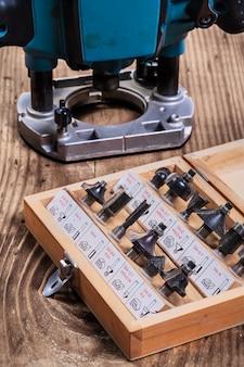 Holzbearbeitungswerkzeuge - roundover-fräser in holzkiste und tauch-schmollmund