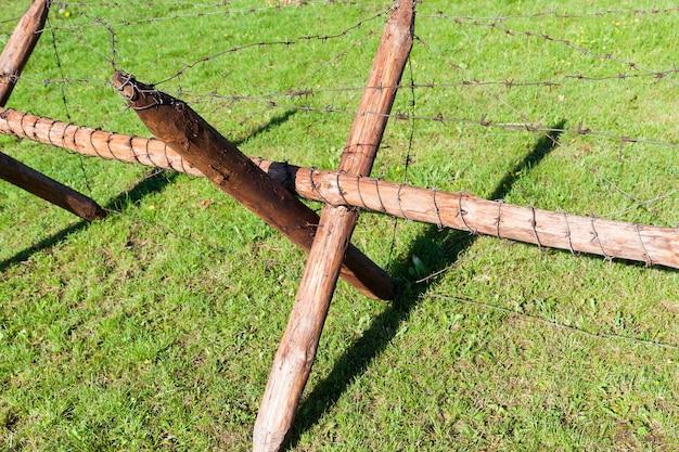 Holzbefestigungen bei feindseligkeiten. um den umfang des stacheldrahts gespannt.