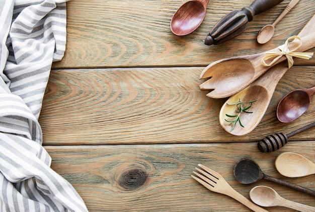 Holzbesteck küchengeschirr auf einer alten holzoberfläche