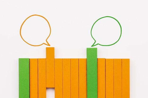Holzblock, der idee auf weißem hintergrund, kommunikation teilt und idee teilt