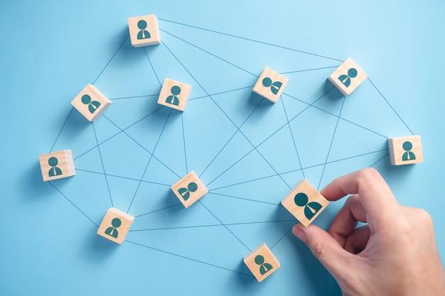 Holzblock mit menschen symbol teamwork business group. verbindungsnetzwerk-geschäftskonzepte.