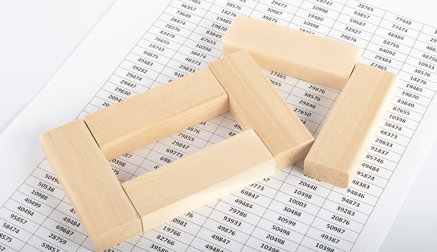 Holzblöcke auf dem diagrammhintergrund geschäftsanalyse- und wirtschaftswachstumskonzept