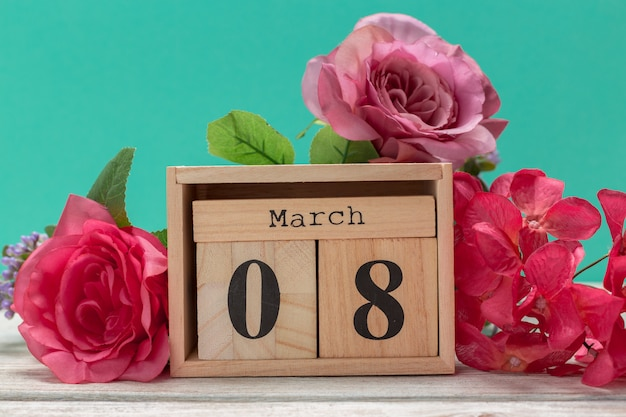 Holzblöcke in box mit datum, tag und monat 8. märz. holzklötze kalender
