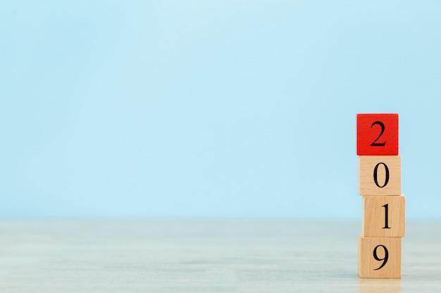 Holzblöcke in schritte stapeln, konzept 2019 für wachstum