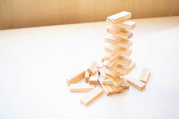 Holzblöcke stapeln spiel mit kopienraum, hintergrund. konzept von bildung, risiko, entwicklung und wachstum